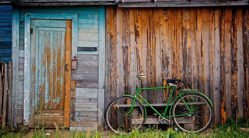 Vélo devant un hangar