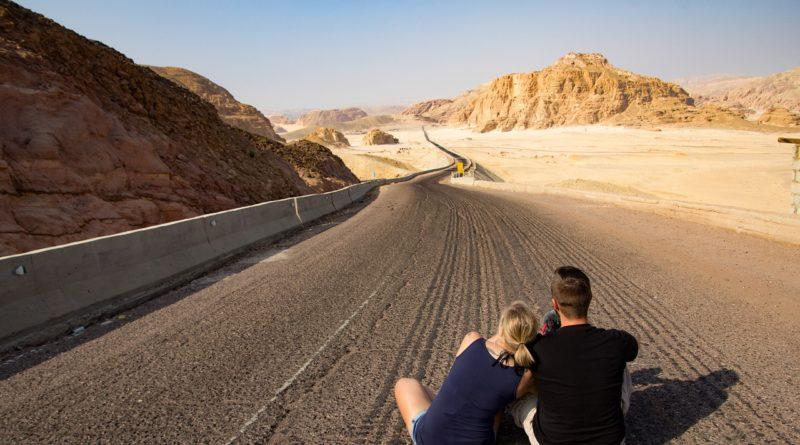 couple amoureux regarde paysage